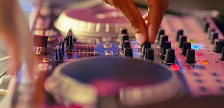 Epangelmatias DJ i filos me lista anaparagogis