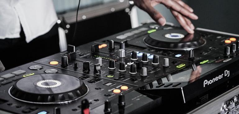 Ti kanei pragmatika o DJ tou gamou sas